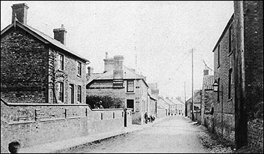 1900s photograph of The Waggon & Horses showing the labourer's house just to the right of the premises.